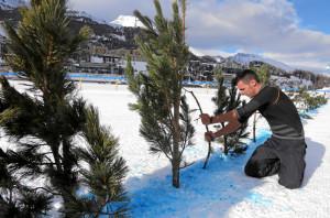 ST. MORITZ, 6FEB16 - Mit Zweigen werden die wassergetraenkten, gefaehrlichen Stellen vor dem in der Freitagnacht stattfindenem Night Turf markiert. Aus Sicherheitsgruenden fuer Pferd und Reiter musste der erste Renntag von White Turf St. Moritz am Samstagmittag durch die Renn- und OK-Organe abgesagt werden. Trotz stabiler Eisdecke und genuegend Schnee hatten sich durch das warme Wetter in den vergangenen Tagen an einigen Stellen Wasser angesammelt. Bereits am Freitag, 5. Februar 2016, mussten Rennleitung, OK und Fachleute die Wasser-Problematik zur Kenntnis nehmen - der Night Turf wurde darauf mit einem reduzierten Spezialprogramm ausgetragen.  Due to warm weather the first racing day of White Turf St. Moritz, the famous international horse races on the frozen lake of St. Moritz, Switzerland, had to be cancelled, February 6, 2016.  swiss-image.ch/Photo Andy Mettler