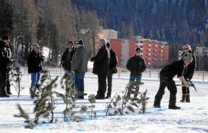 ST. MORITZ, 6FEB16 - Aus Sicherheitsgruenden fuer Pferd und Reiter musste der erste Renntag von White Turf St. Moritz am Samstagmittag abgesagt werden. Trotz stabiler Eisdecke und genuegend Schnee hatten sich durch das warme Wetter in den vergangenen Tagen an einigen Stellen Wasser angesammelt, die mit Zweigen markiert wurden (Bild). Bereits am Freitag, 5. Februar 2016, mussten Rennleitung, OK und Fachleute die Wasser-Problematik zur Kenntnis nehmen - der Night Turf wurde darauf mit einem reduzierten Spezialprogramm ausgetragen.  Due to warm weather the first racing day of White Turf St. Moritz, the famous international horse races on the frozen lake of St. Moritz, Switzerland, had to be cancelled, February 6, 2016.   swiss-image.ch/Photo Andy Mettler